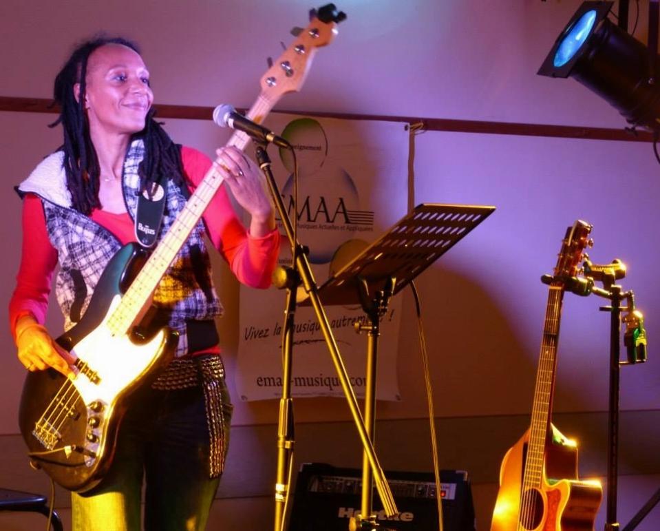 Isa Sompare en concert 1.jpg